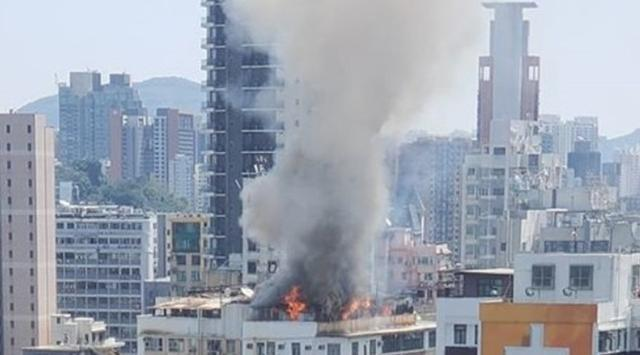 香港佐敦廣東道有一個老式住宅大樓「唐樓」發生火災。(圖/取自新浪網)