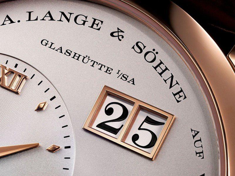 具雙位獨立顯示的大日期視窗,是朗格、也是德式製表的經典風範。圖 / 朗格提供。