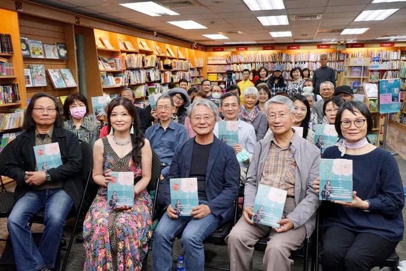 詩人路寒袖(左三)發表台語詩集「有夢最美」。圖/遠景提供