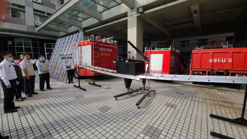 台南市消防局獲贈美式消防梯,今天通過水壓測驗。記者黃宣翰/攝影