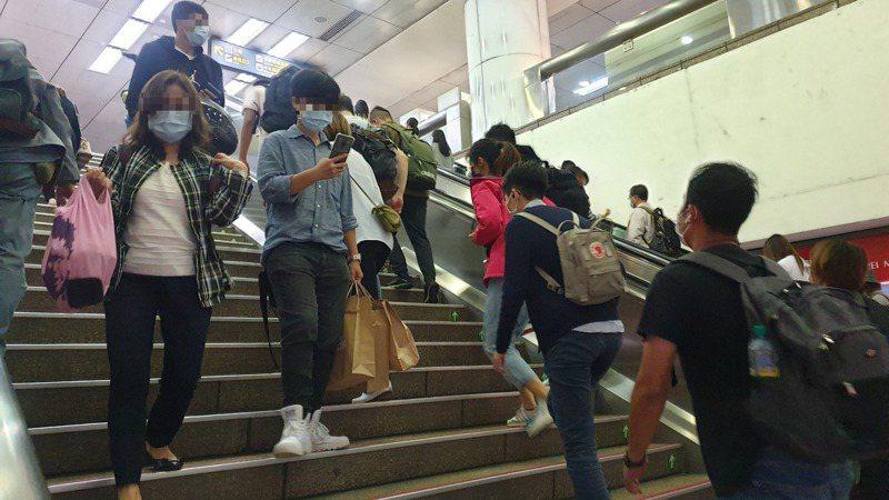 捷運站裡不時會看到有人邊走邊滑手機,不僅危險也容易阻礙他人行走。記者胡瑞玲/攝影