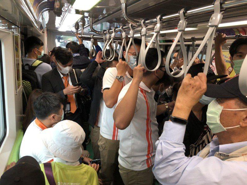 台中捷運首日營運,部分站段車廂爆滿。記者陳秋雲/攝影