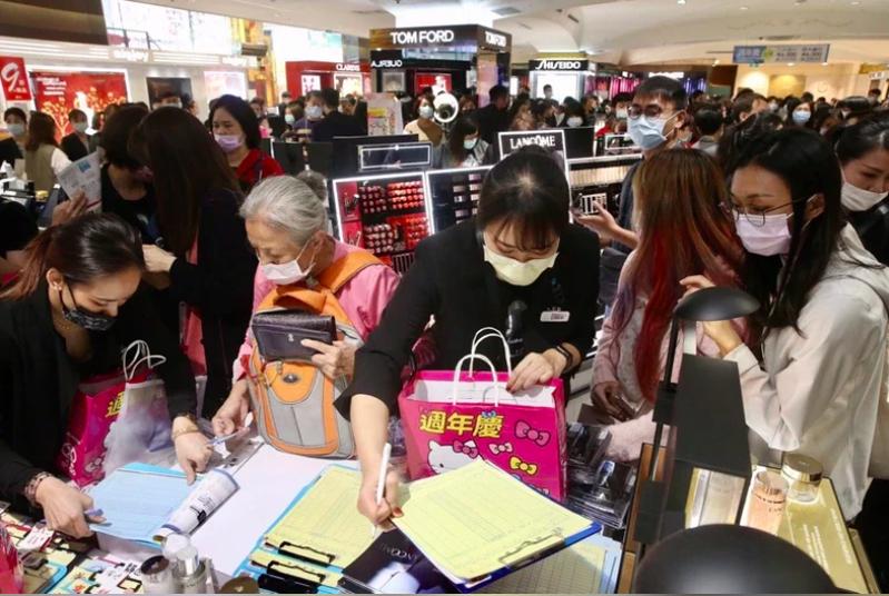 百貨周年慶陸續開跑,台北市勞動檢查處從本月開始至12月,將針對百貨商圈業者啟動專案勞檢,將就工資、工時、休息、例假及休假等相關規定專案檢查。本報資料照片