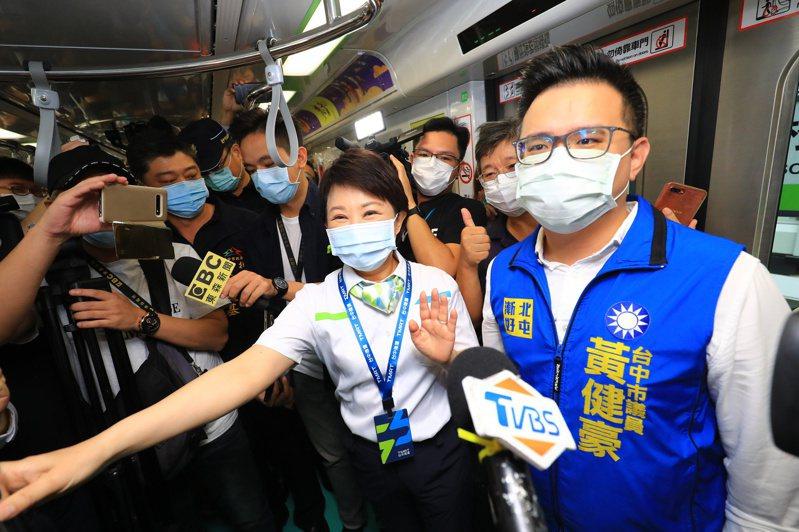 台中市長盧秀燕(右二)上午試搭捷運,並說看到許多明道中學學生。記者陳秋雲/攝影