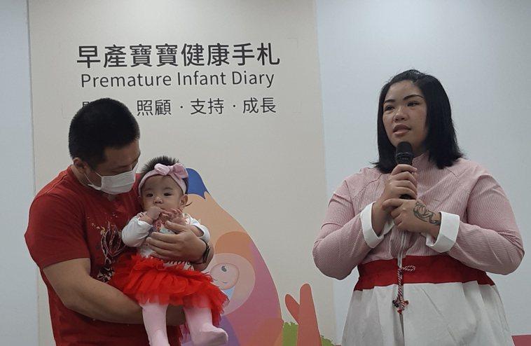 棠棠媽媽(右)分享試用「早產寶寶健康手札」的心得。記者邱宜君/攝影