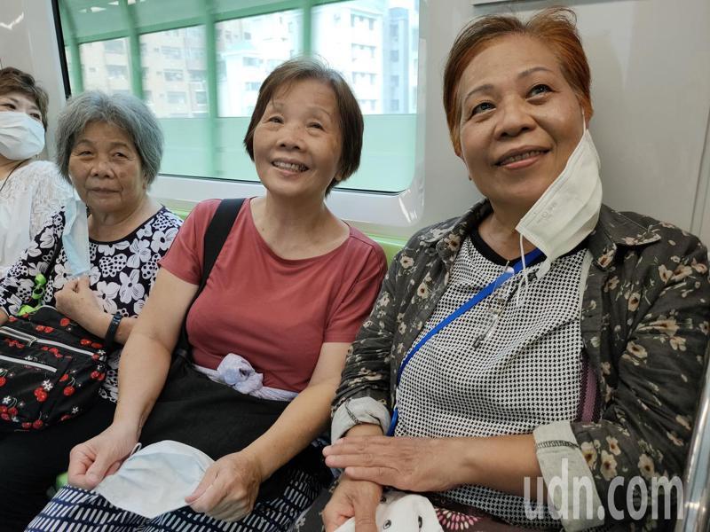 鄭家三姊妹老大、二姊和5妹(由左至右)上午分乘台鐵、高鐵南下,一起試乘台中捷運。記者黃寅/攝影