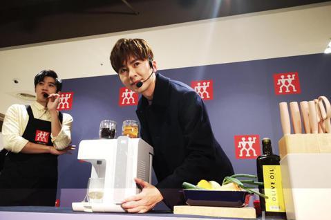 李國毅今天出席廚具廠商一日店長活動,在現場泡茶泡咖啡作菜和粉絲分享。他自曝拍戲瘦了快三公斤,這是第一次挑戰邊拍邊播,希望大家看了後給予批評指教。