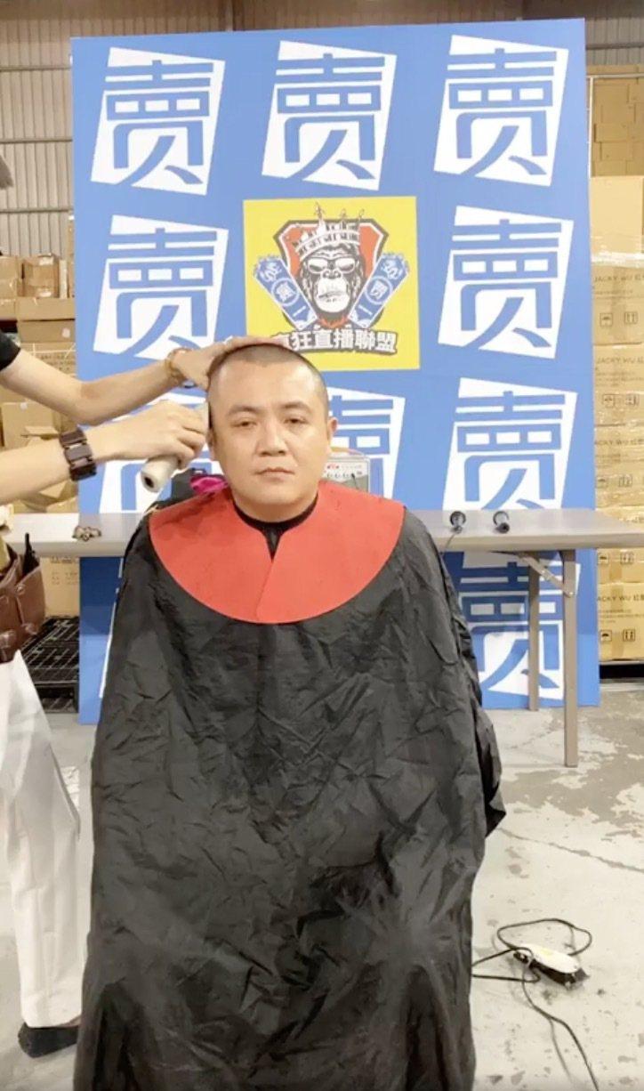 藝人高盟傑在上月底時,在臉書平台直播自己剃光頭的畫面,公告自己將在月底入監服刑。