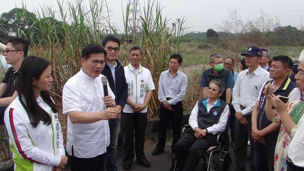 交通部長林佳龍(左二)踏勘雲林交通,允諾會以兩億元加速辦理老舊的古坑水碓南橋改建...