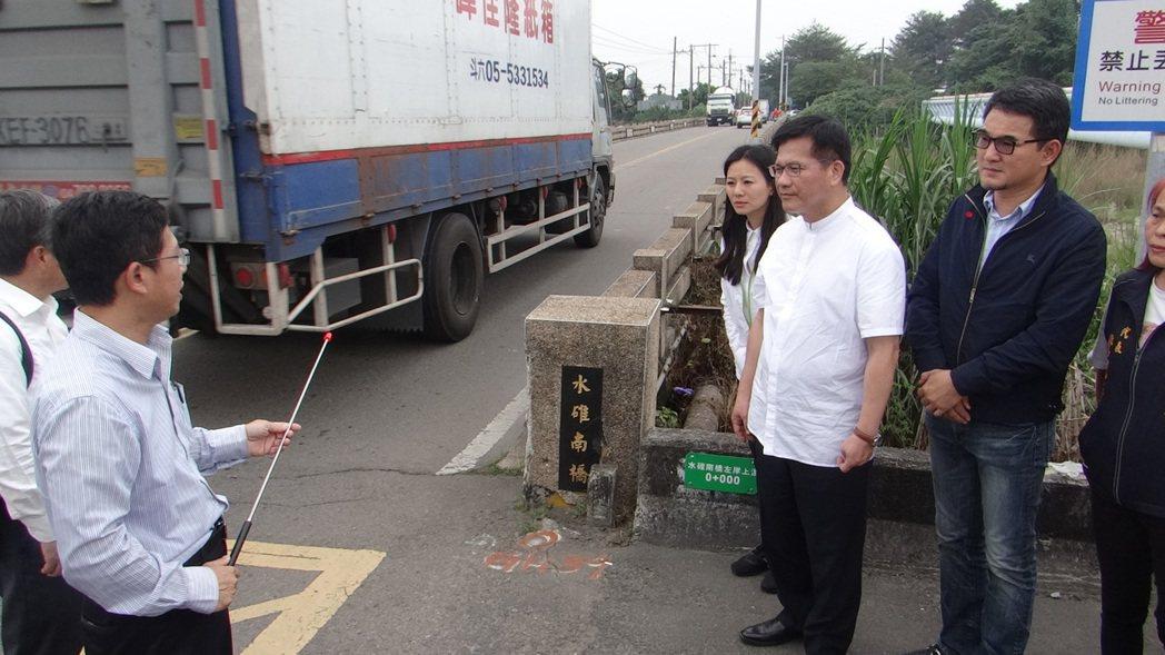 交通部長林佳龍(右二)踏勘雲林交通,在古坑水碓南橋前聽取簡報,重型車來來往往,險...