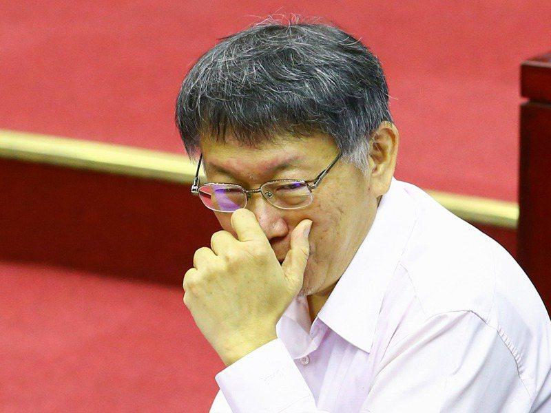 台北市長柯文哲下午出席台北市議會市政總質詢,露出一抹微笑。記者葉信菉/攝影