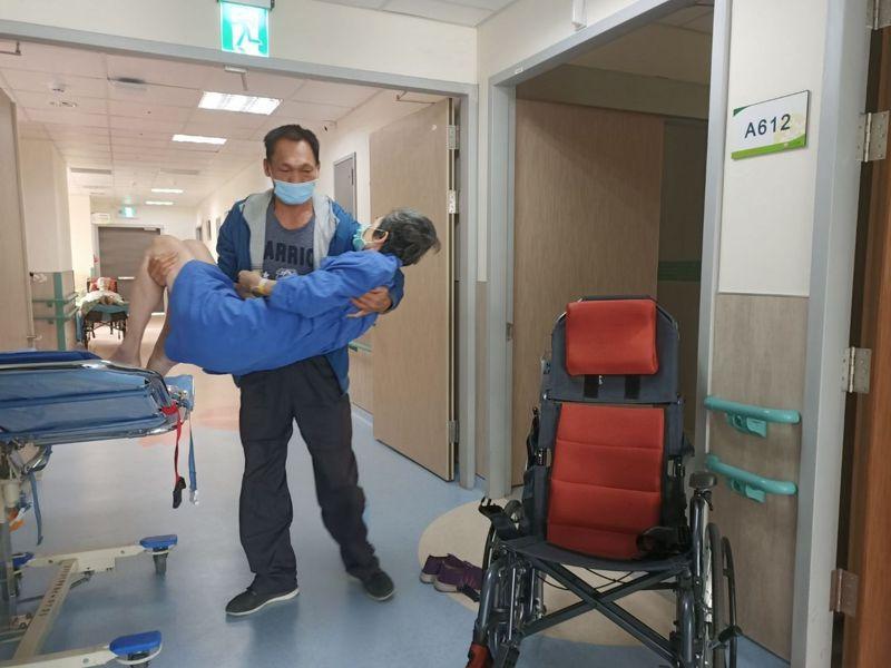 朱姓退休族為了讓愛妻治療不中斷,陪著愛妻在醫院間「流浪」,最終排到醫院附屬護理之家,才終結「流浪」生涯。記者趙容萱/攝影