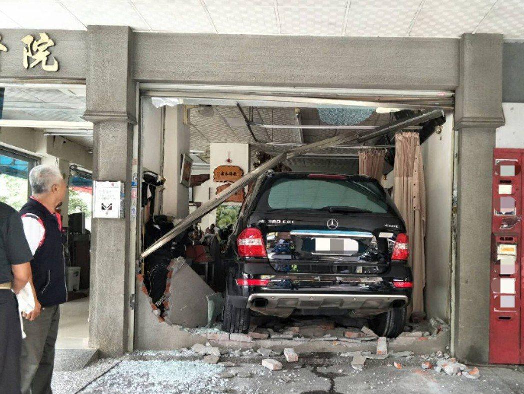 台中市李姓婦人今天下午駕駛朋友的賓士車,疑要停車時,踩過多油門,導致賓士車撞破圍...