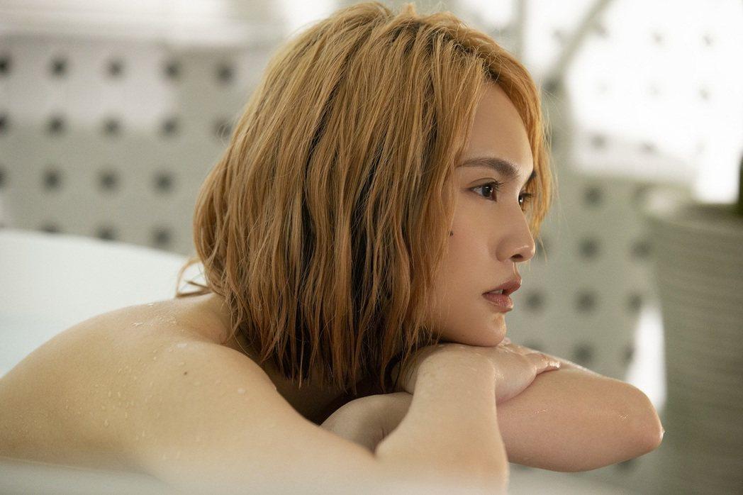 楊丞琳在「漂流浴室」MV唯美演繹裸身泡澡的放鬆時刻。圖/EMI提供