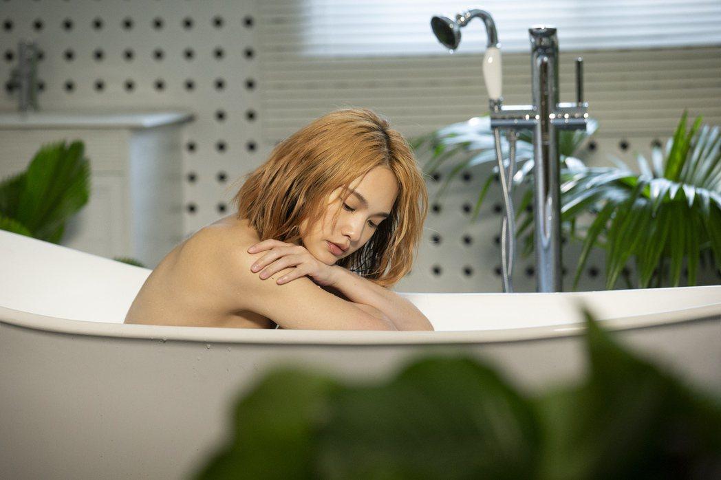 楊丞琳為拍「漂流浴室」MV寬衣解帶,性感入鏡。圖/EMI提供