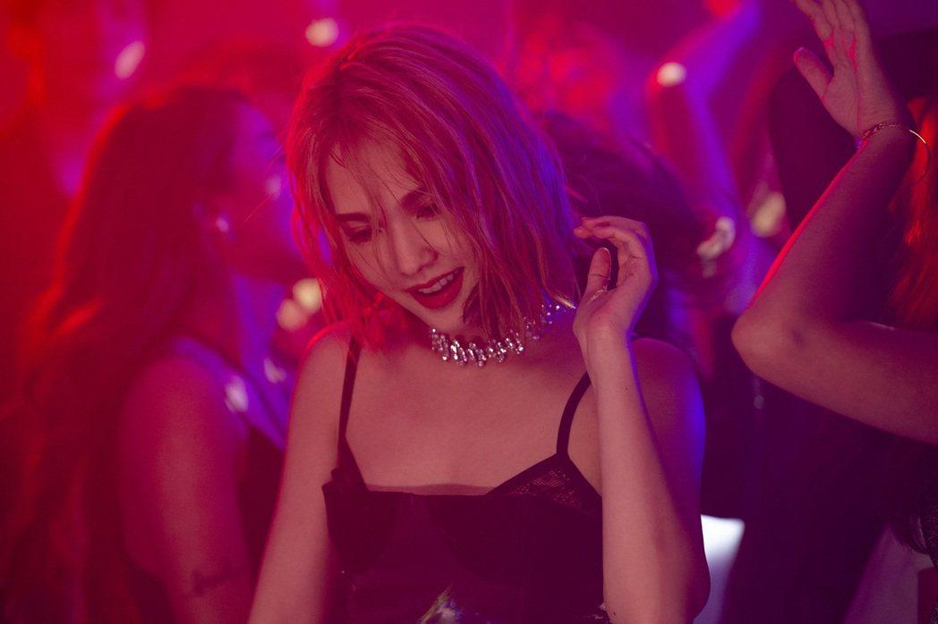 楊丞琳在「漂流浴室」MV忘情勁舞。圖/EMI提供