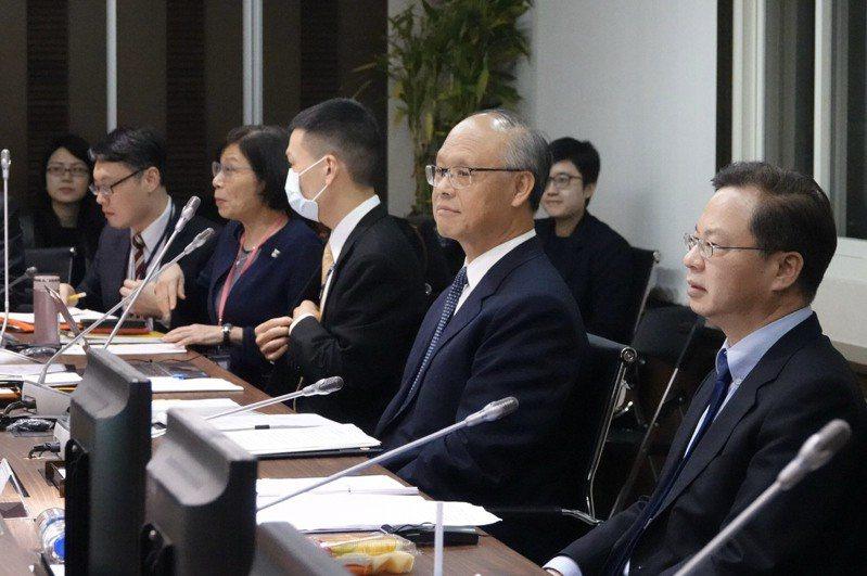 行政院政委鄧振中(右二)、國發會主委龔明鑫(右一),以視訊方式出席APEC部長會議。國家發展委員會提供