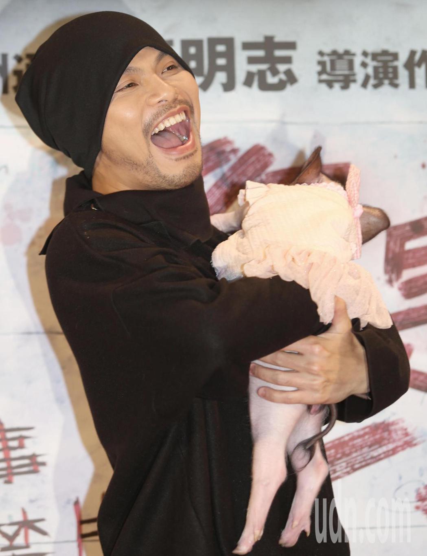 馬來西亞創作歌手黃明志抱著小豬出席最新執導電影「你是豬」首映會。記者侯永全/攝影