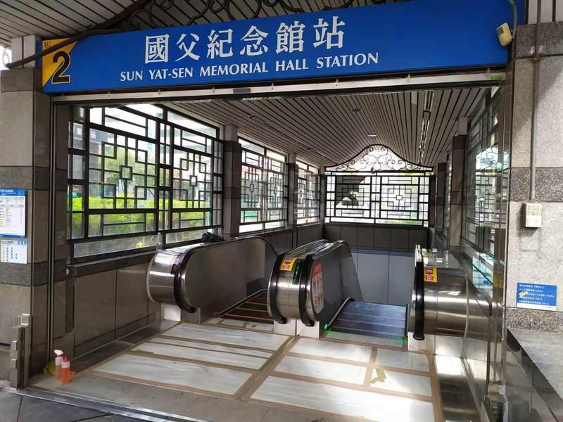 捷運國父紀念館站2號出口完成增設電扶梯工程,今起重新開放。圖/北市捷運局提供