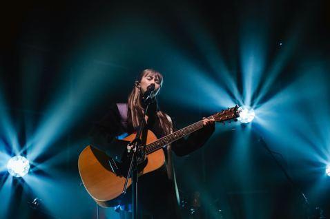 鄭宜農本月展開「井之聲 #AcousticTour」巡演,最終場於15日在台北落幕,金曲大贏家阿爆驚喜登台,兩人帶來一起合作的新歌「或許就變成書裡的風景」的首唱,讓現場驚呼不斷。這回她請到全明星樂手...
