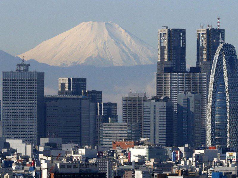 東京積極出招想吸引香港跨國企業進駐。圖為東京的摩天大樓,背景是富士山。美聯社