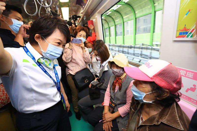 中捷綠線試營運,台中市長盧秀燕試搭並問乘客感覺,婦人說好方便。記者陳秋雲/攝影