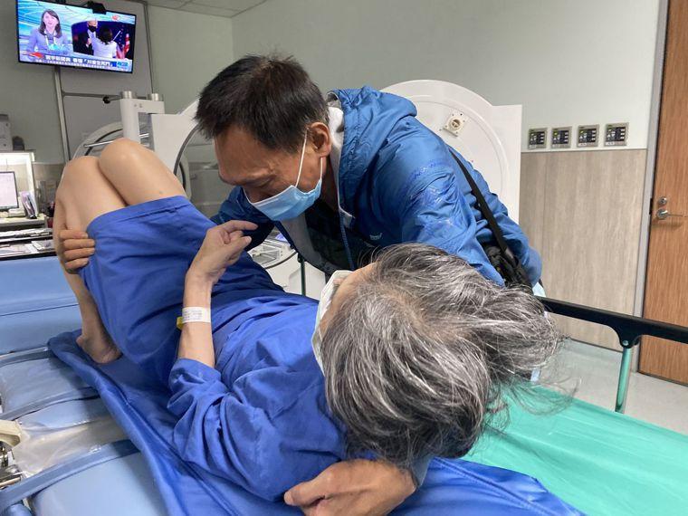 朱男為讓愛妻治療不中斷,陪妻在醫院間「流浪」,排到醫院附屬護理之家,才終結「流浪...