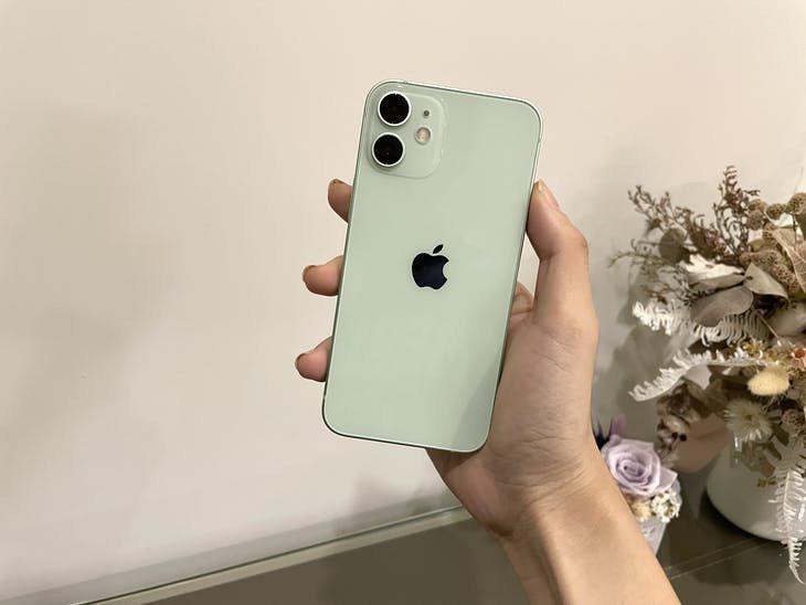 iPhone 12 mini 實際拿起來真的輕薄。INSIDE Anny 攝