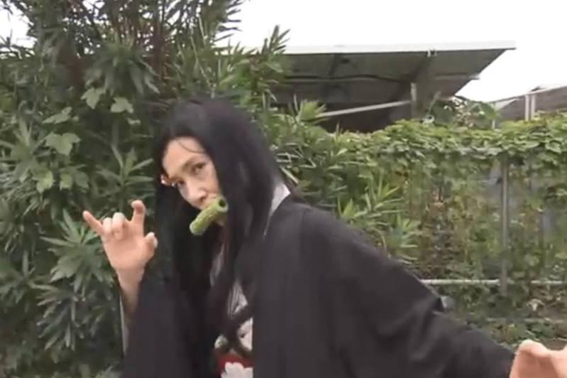推出「綠色竹輪」食店的老闆娘,為了宣傳產品而扮成禰豆子,更咬着竹輪。(NHK影片截圖)