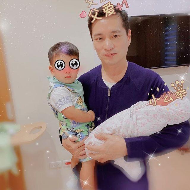 安以軒分享老公抱著兒子女兒的溫馨畫面。圖/擷自安以軒IG