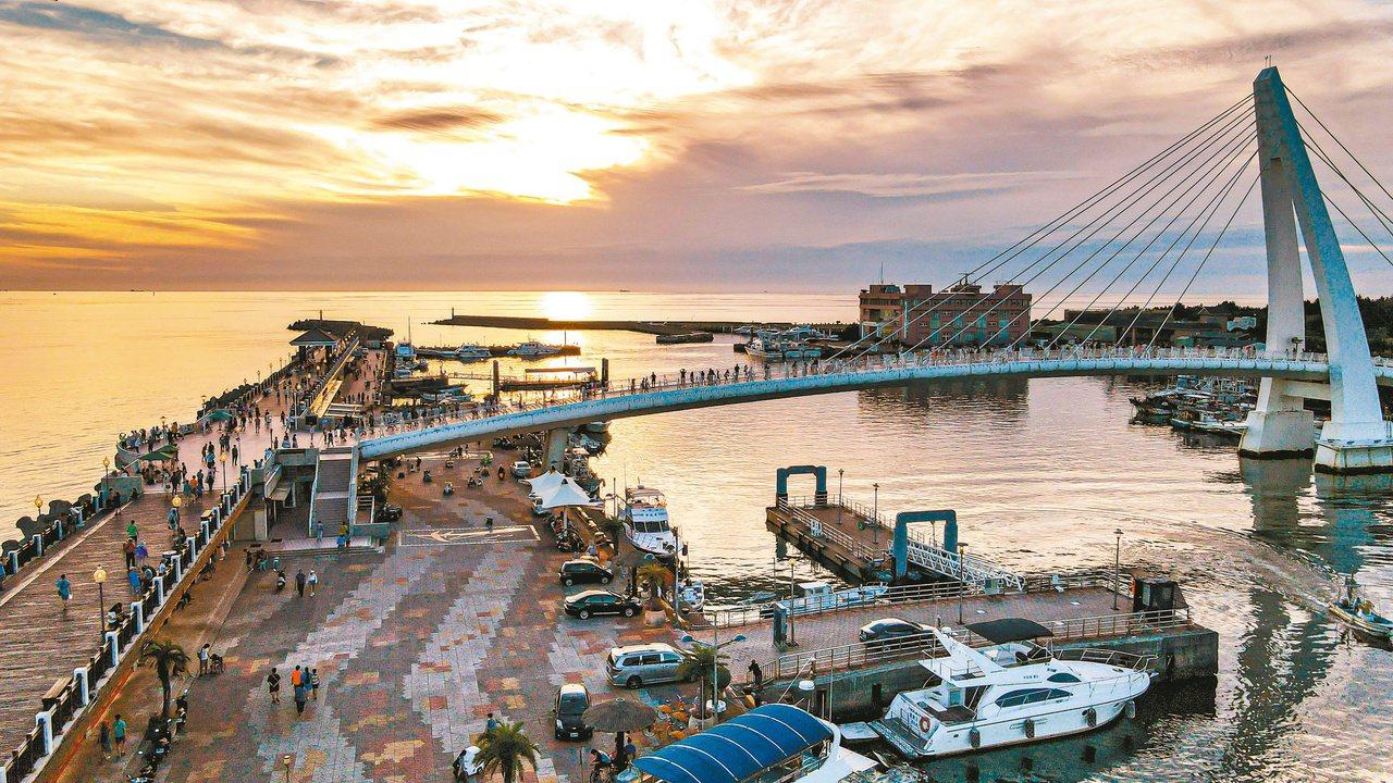 漁人碼頭有著約330公尺的木棧道、港區公園、情人橋所構成的步道。 圖/新北漁管處...
