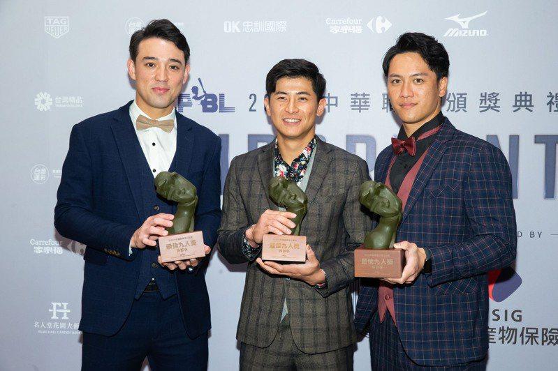 獅隊外野3包辦最佳九人外野手獎項,三人一致最感謝外野教練郭俊佑。 季相儒/攝影