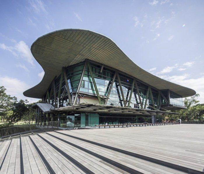 這裡有一家如美術館的星巴克,這間門市融入了雲門劇場與自然共存的藝術性。 圖/Ph...