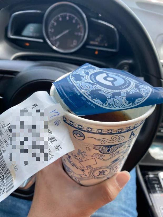 一名男網友想手撕飲料杯緣上的發票,但沒想到輕輕一撕卻將飲料杯直接變身「內用杯」,讓全網笑翻。圖擷自Dcard