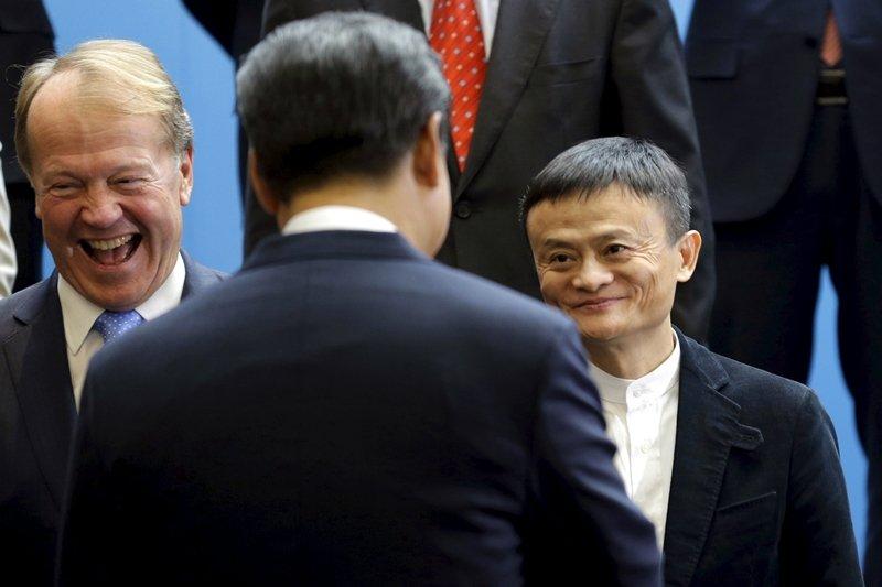 消息指出是中國國家主席習近平親自決定終止螞蟻集團的IPO。圖為習近平(前)與馬雲(右)握手,攝於2015年。 圖/路透社