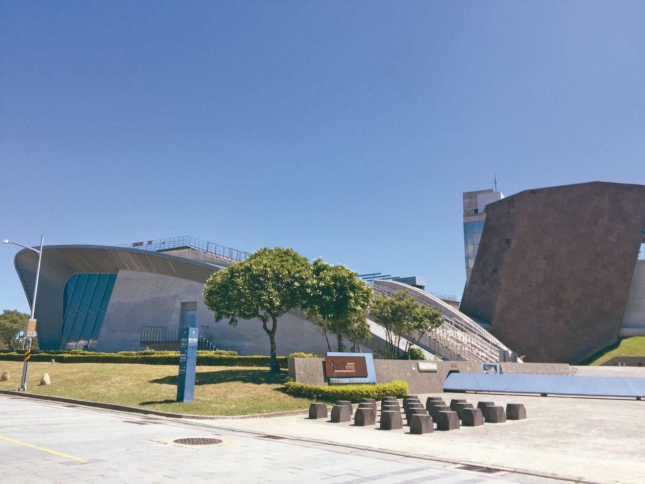 十三行博物館建築的設計理念來自於考古發掘及先民乘船渡海來台的意念。 圖/曹麗蕙 ...