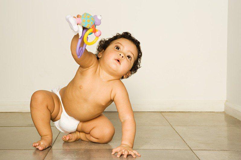 女網友買了唱歌兒童玩具給女兒,卻發現兒童玩具竟然會唱經典台語老歌《愛情的騙子我問你》,讓網友全笑翻。圖為示意圖。圖片來源/ingimage