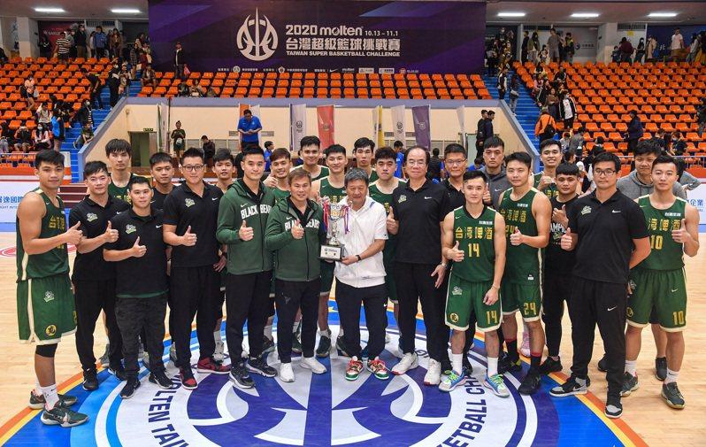 台啤男籃隊備戰新一季SBL,圖為該隊贏得超級籃球挑戰賽冠軍。 中央社