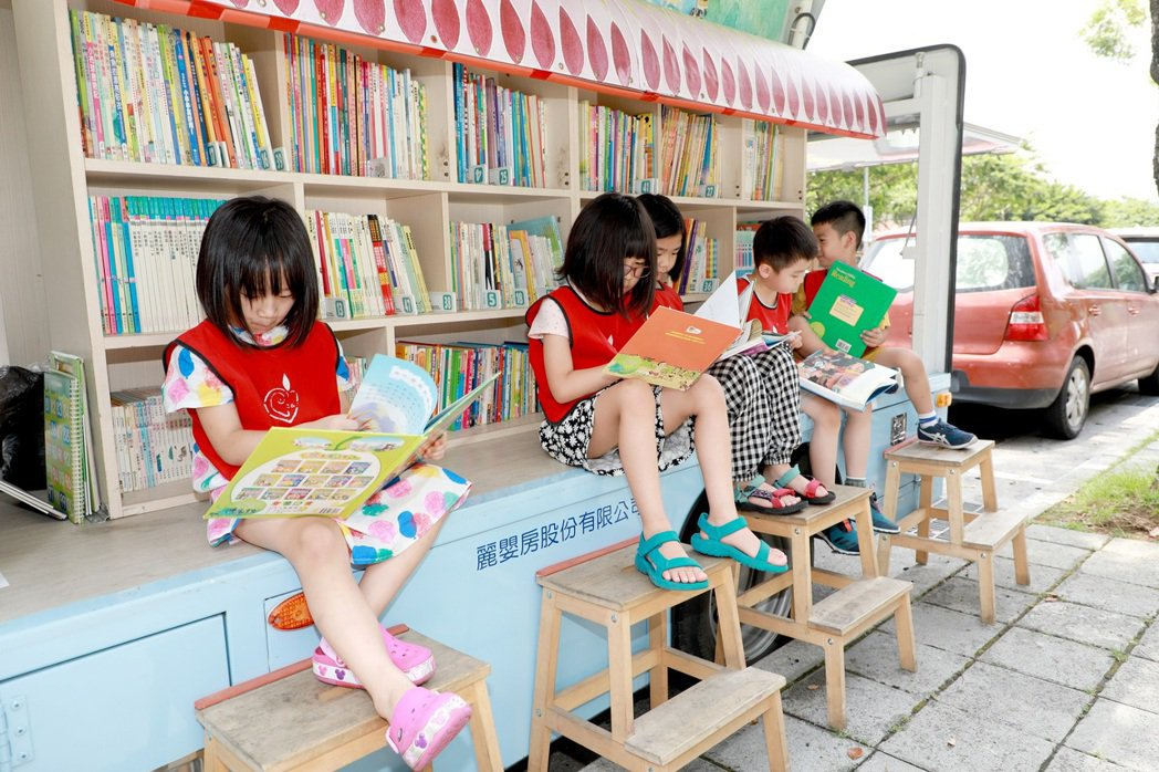 飛象圖書車滿載超過1200冊的好書,每個孩子挑出自己想看的書,沉浸進入故事的世界...