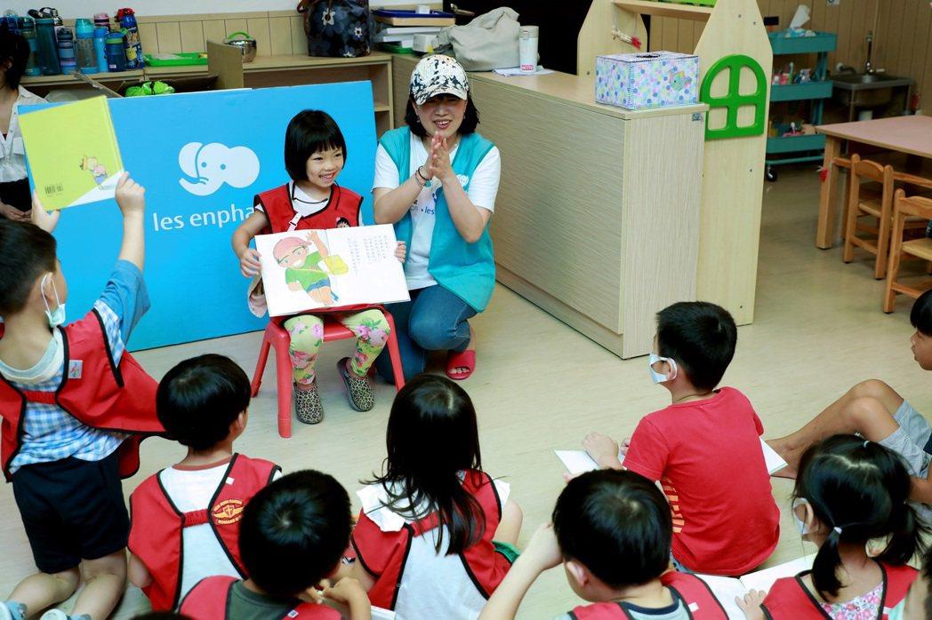 麗嬰房的飛象圖書車用「陪伴閱讀」的方式跟全台各地小朋友面對面相處,並鼓勵孩子們說...