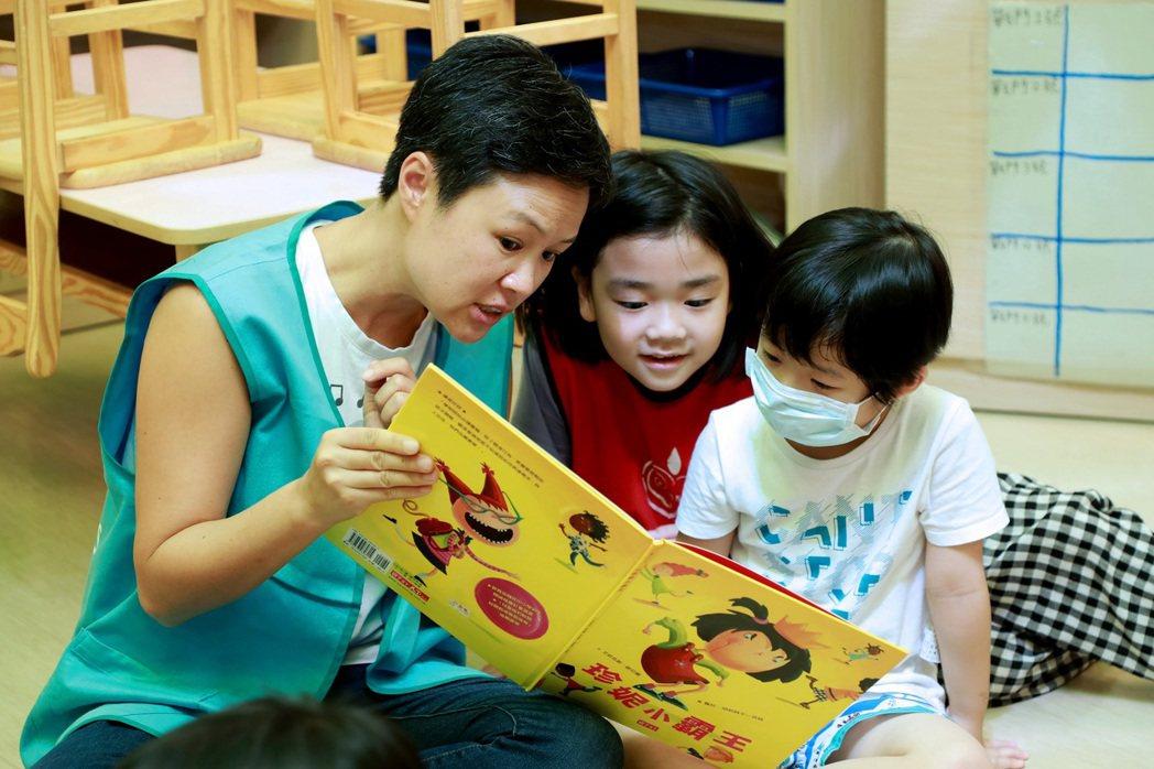 透過專注的陪伴閱讀,引導孩子們探索世界、認識自己。 圖/高國展攝影