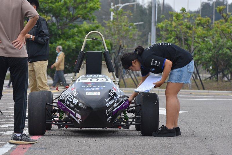 試車時除了記錄圈數、胎壓跟懸吊設定,也要緊盯車輛看每一圈運行的姿態。圖為四代車試車時做紀錄。 圖/清大賽車工廠