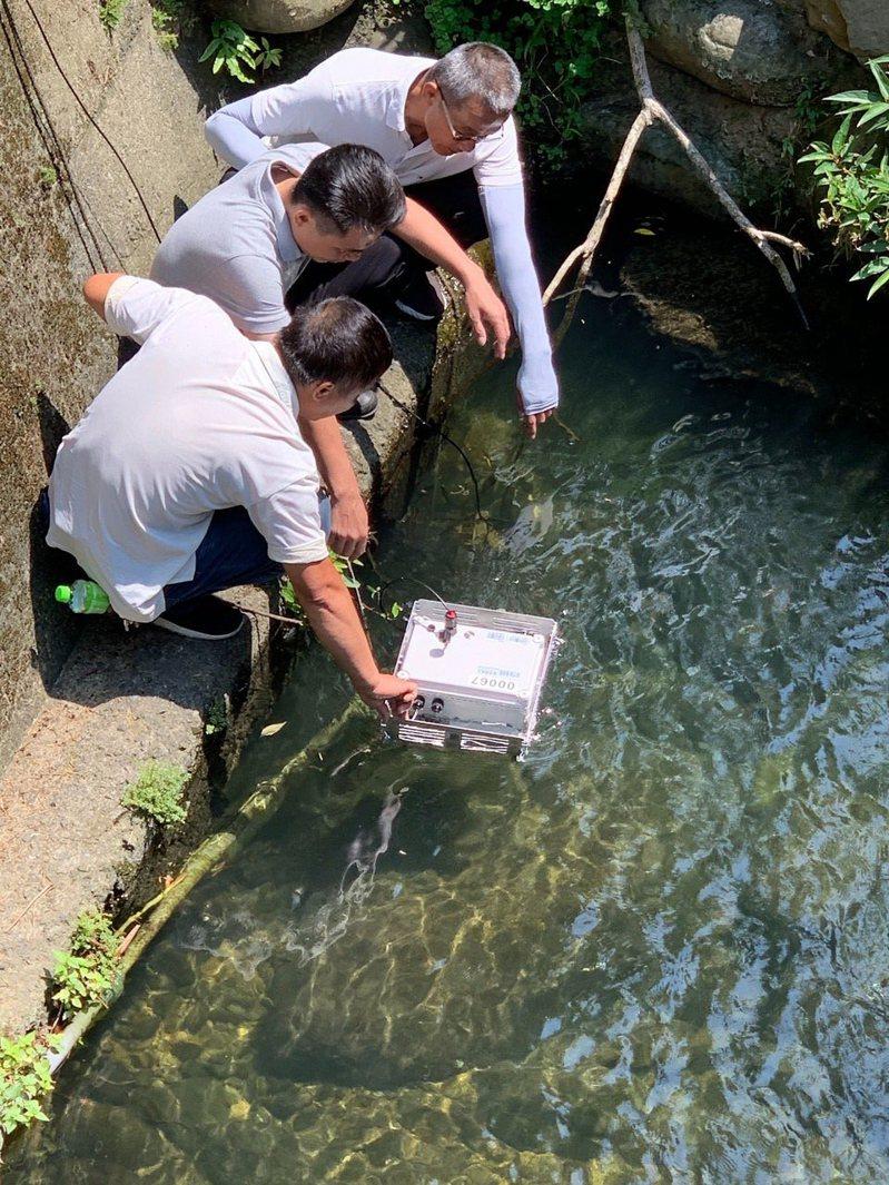 新竹市環保局年底前布建70處智慧水質監測點,利用移動式水質感測等裝置即時監測水質。圖/新竹市政府提供