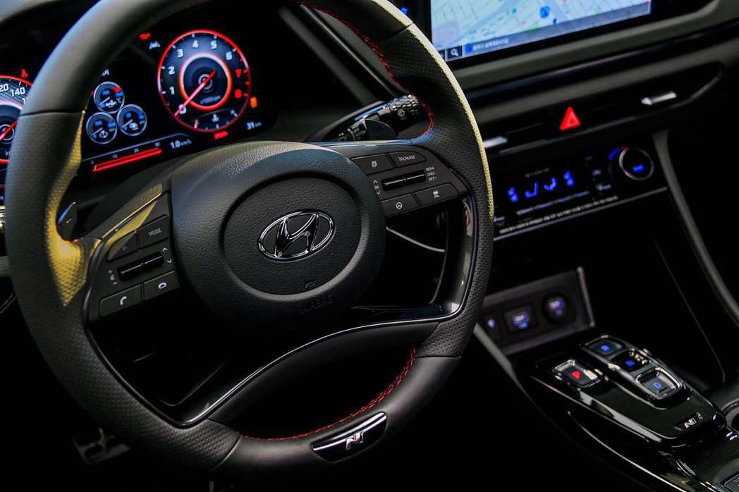 全新Hyundai Sonata N Line配置帶有N字樣的運動化方向盤。 摘...