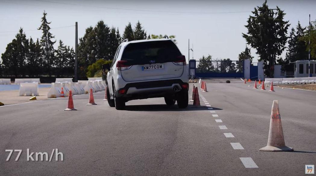 能比第一次測試時還高1km/h的速度通過,重點在於轉方向盤的時機。 摘自km77...