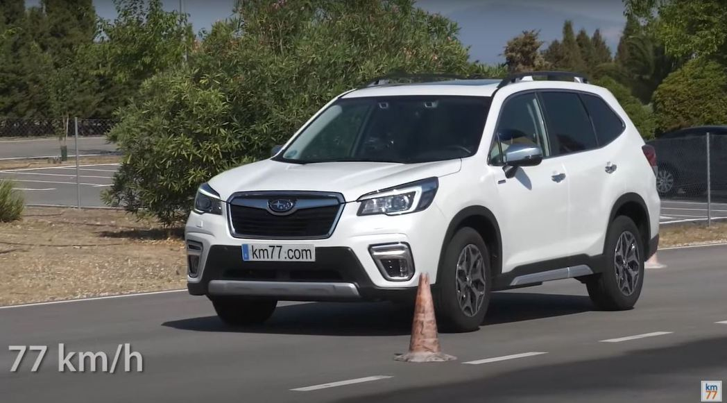 Subaru Forester 2.0i Hybrid CVT以77km/h的速...