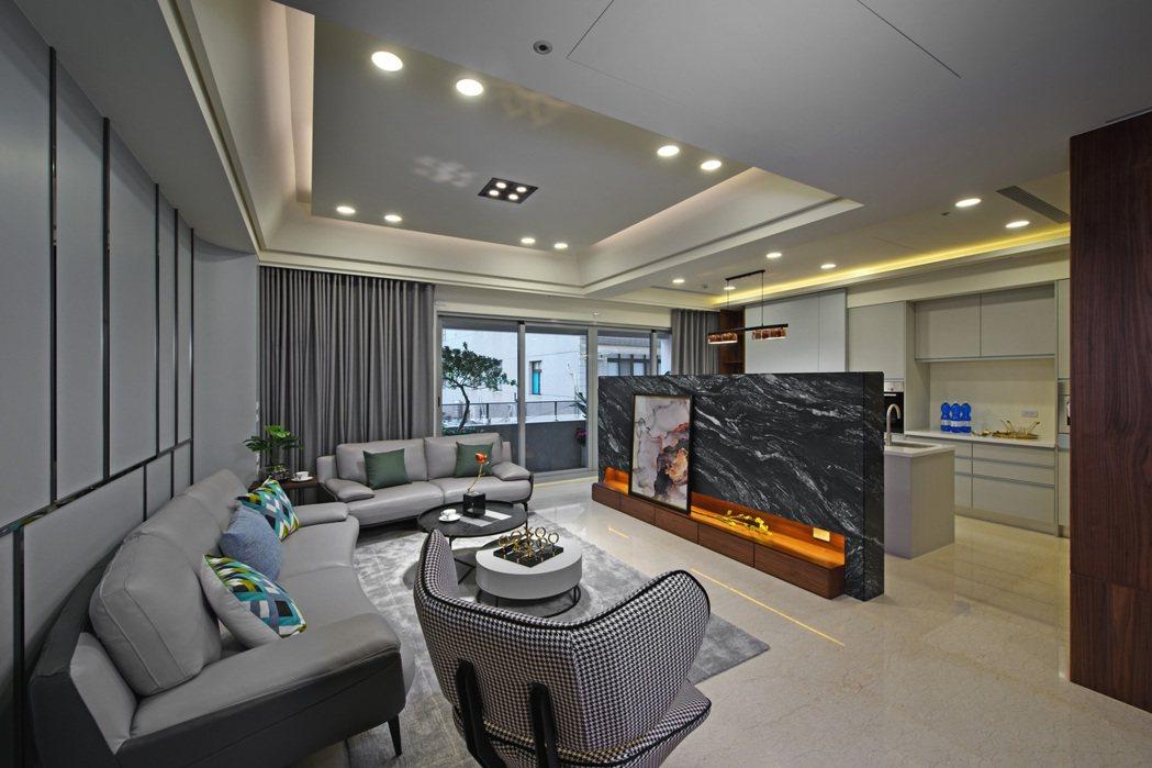 大面採光、開闊又明亮舒爽的迎賓大客廳。圖片提供/承尚建設