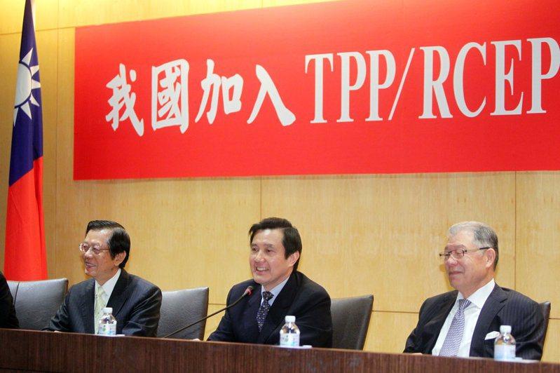 前總統馬英九(中)批評太陽花學運摧毀兩岸服貿協議,為台灣加入RCEP增加難度。 圖/取自馬英九臉書