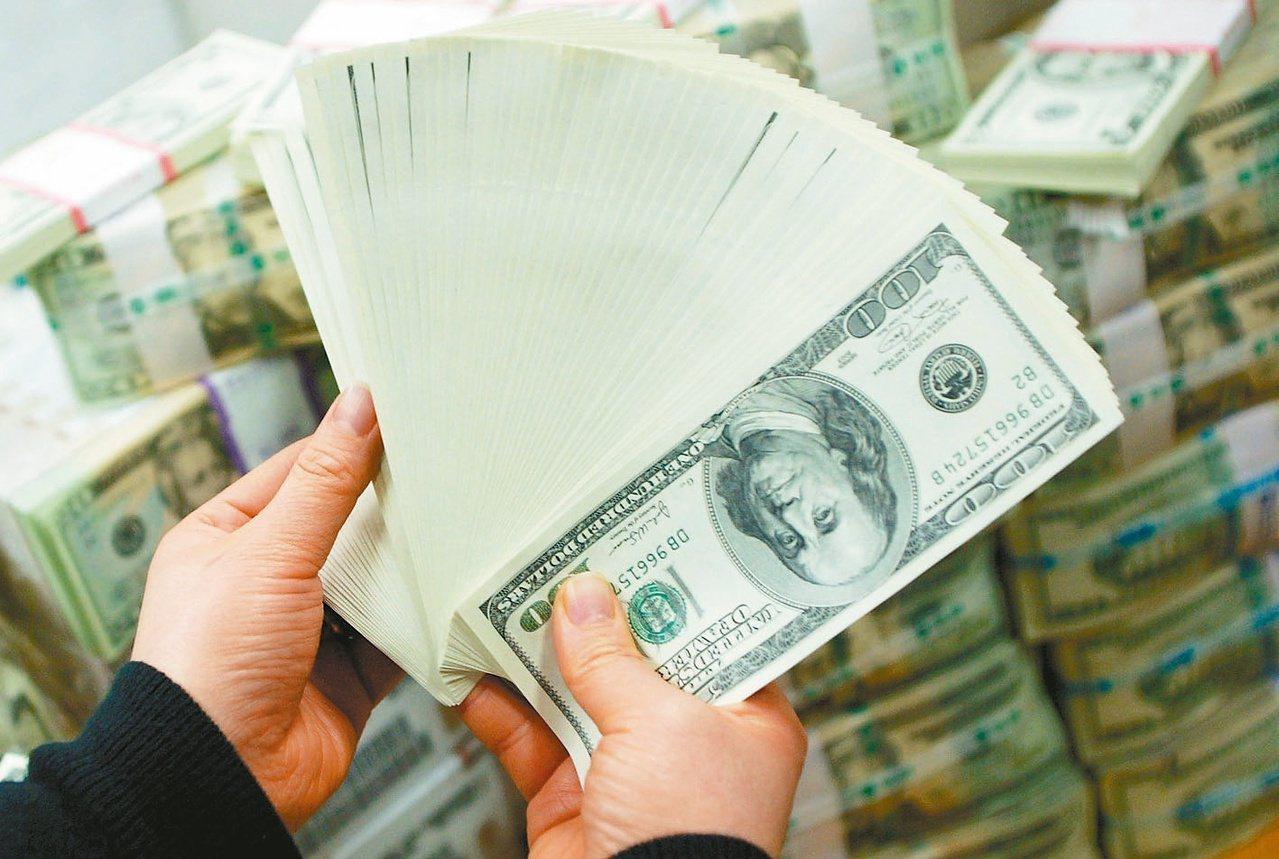 通常即期匯率會比現金匯率來得漂亮,而若透過銀行的網路銀行換匯,通常匯率會比牌告來...