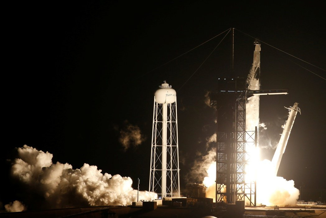 美國航太總署與SpaceX太空探索公司合作的飛龍號太空船,15日晚在佛州甘迺迪太...